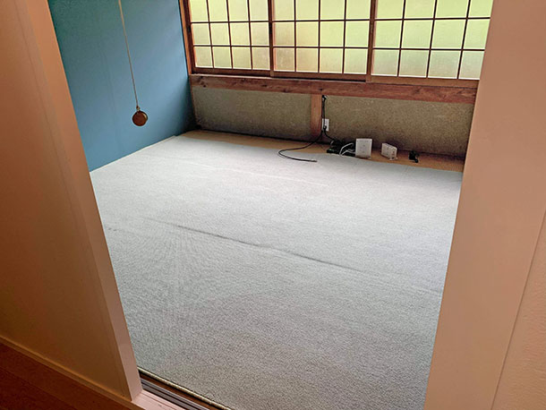 ここの床は日当たりが悪く床はシロアリに食べられていたので取り替えしていました
