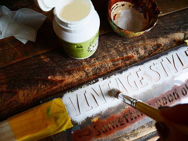 筆を垂直に当ててトントンと叩くようにして塗料を乗せていきます