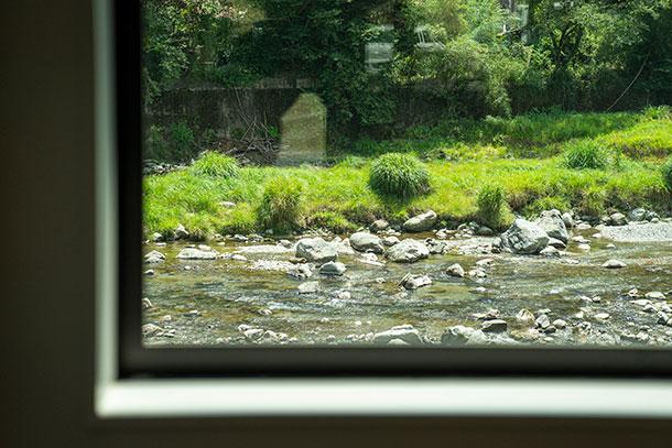カフェの窓からは清流・高見川