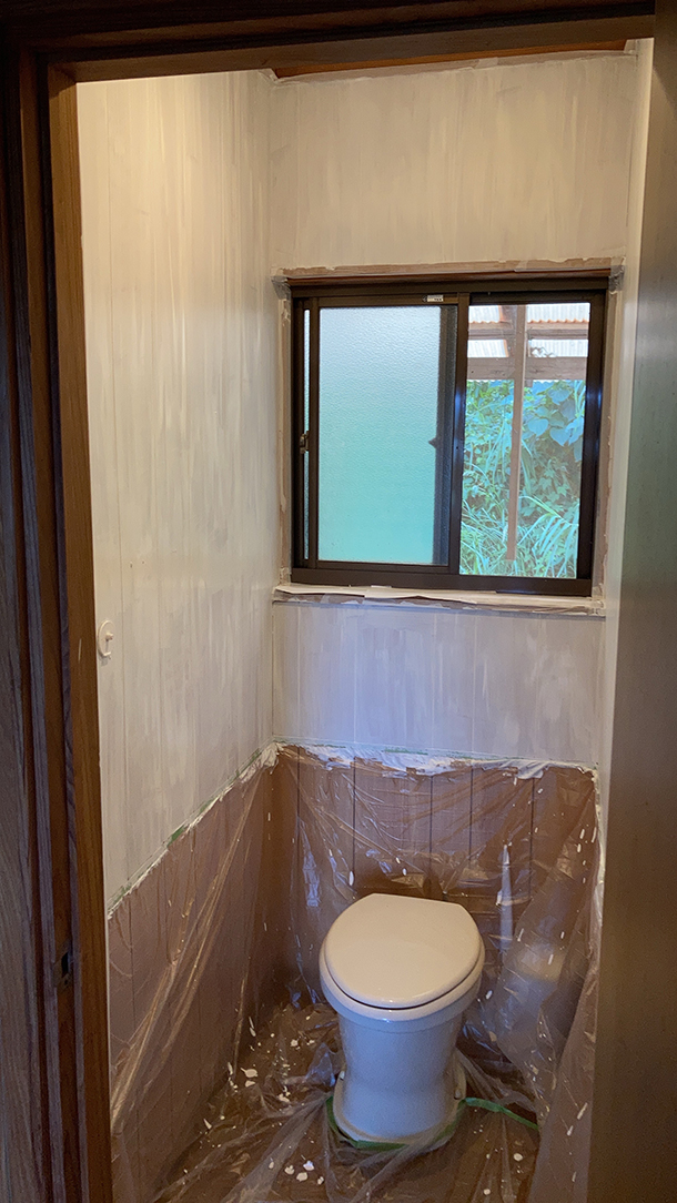 ミルクペイントには1度塗りで良いとの説明がありましたが、こちら、2回塗りして乾く途中の段階。結構ムラに見えます。