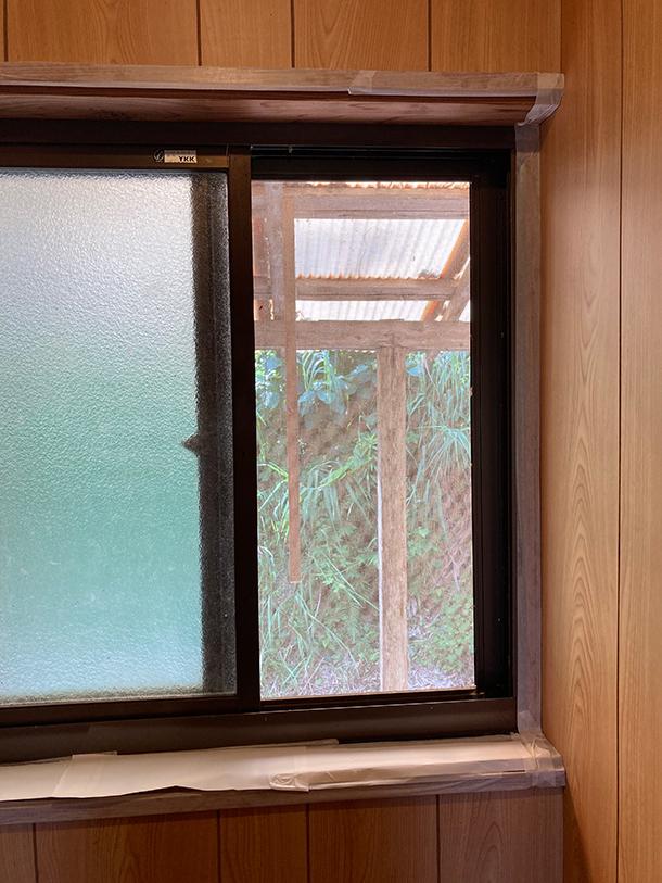 窓枠の木の部分も残したいので、マスキングテープでどんどんカバーします。