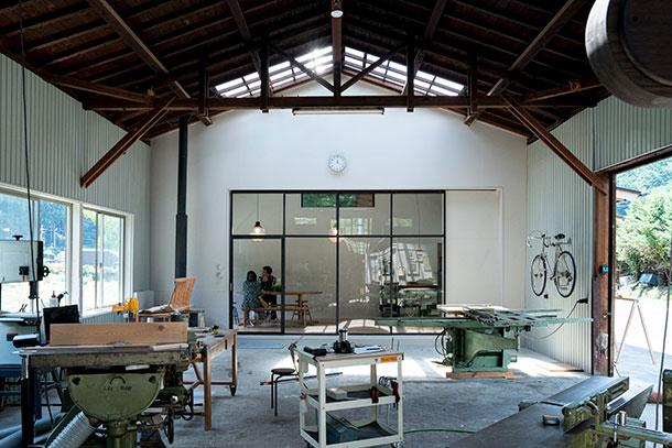 カフェからは家具製作の現場を見られる、ほかにはない空間になっています