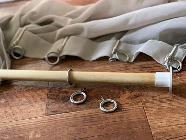 カーテンをつけるための金具をつけます