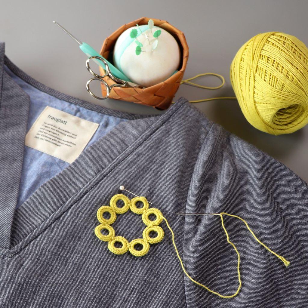 服を楽しく自分らしく編みアレンジ<ワンピース> ブローチ風モチーフ編