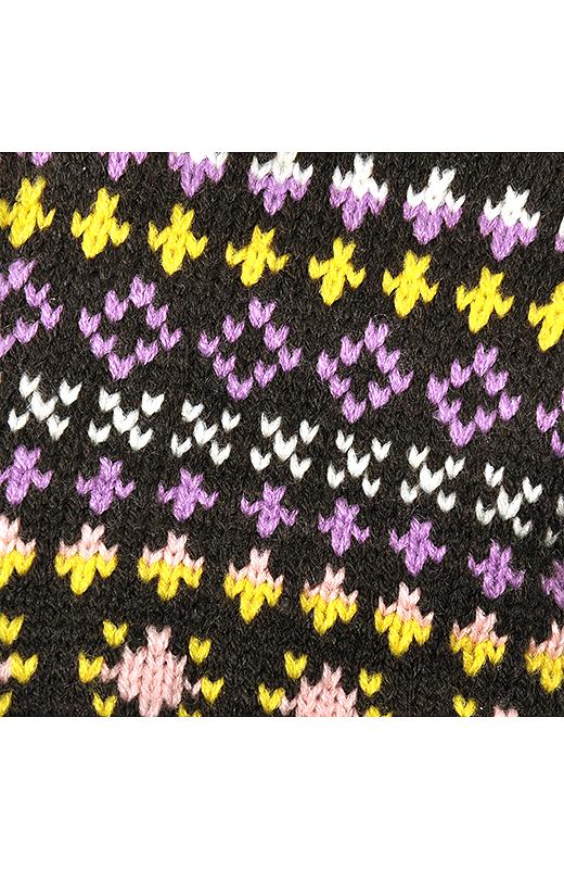 鮮やかなカラフル模様を素朴に編み上げました。