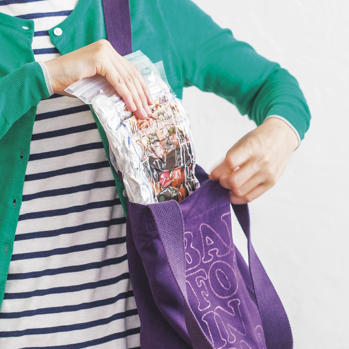 (小)はいつものバッグにおさまるサイズ感が◎