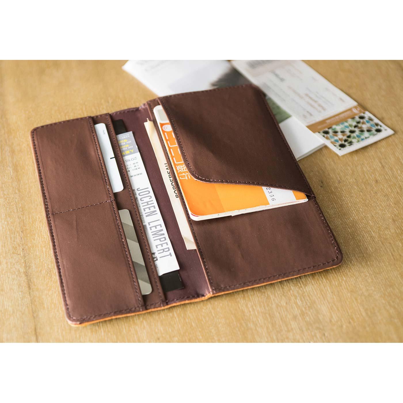 横長ケース 板チョコみたいなケースは、通帳やカードをまとめて収納するのに便利。海外へ行くときは、パスポートケースにも。 ■サイズ/縦約9.5cm、横約22cm(閉じた状態)