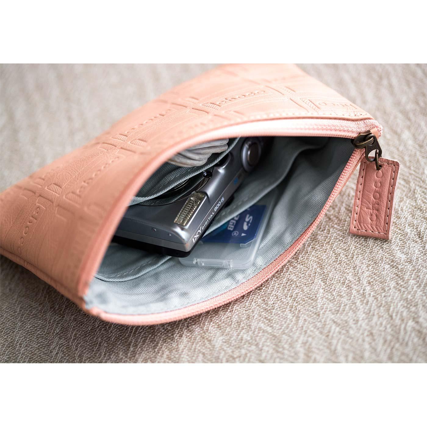ファスナーポーチ 内ポケットがふたつ付いているので、デジタルカメラとUSB、携帯電話とバッテリーなど、一緒に入れて別々に収納できます。 ■サイズ/縦約11.5cm、横約18cm