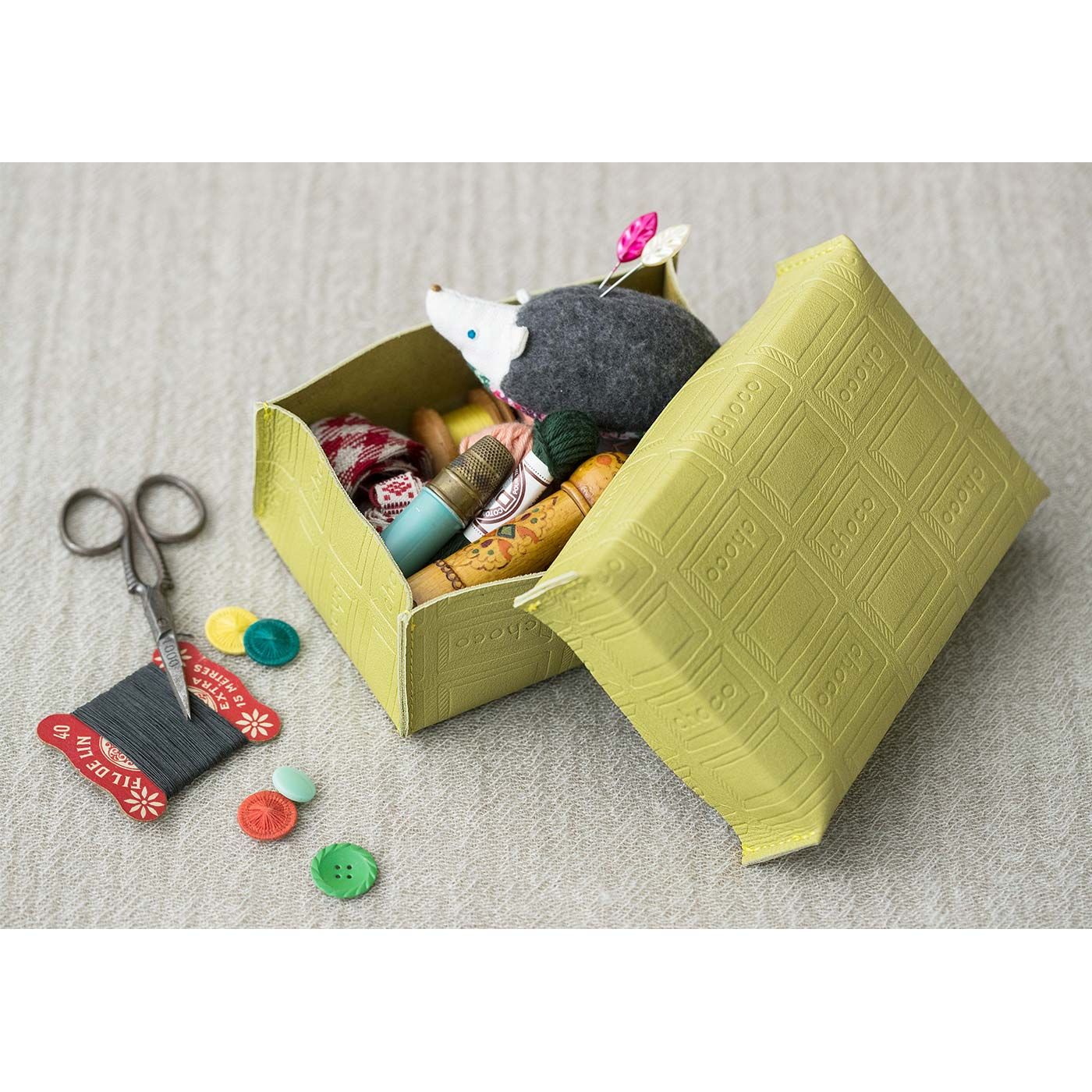 ボックス フレッシュなライムカラーのレザーボックスは、お裁縫道具やアクセ、ステーショナリーの収納など用途いろいろ。 ■サイズ/ボックス:縦約9cm、横約13.5cm、高さ約5cm ふた:縦約9cm、横約14cm、高さ約3cm
