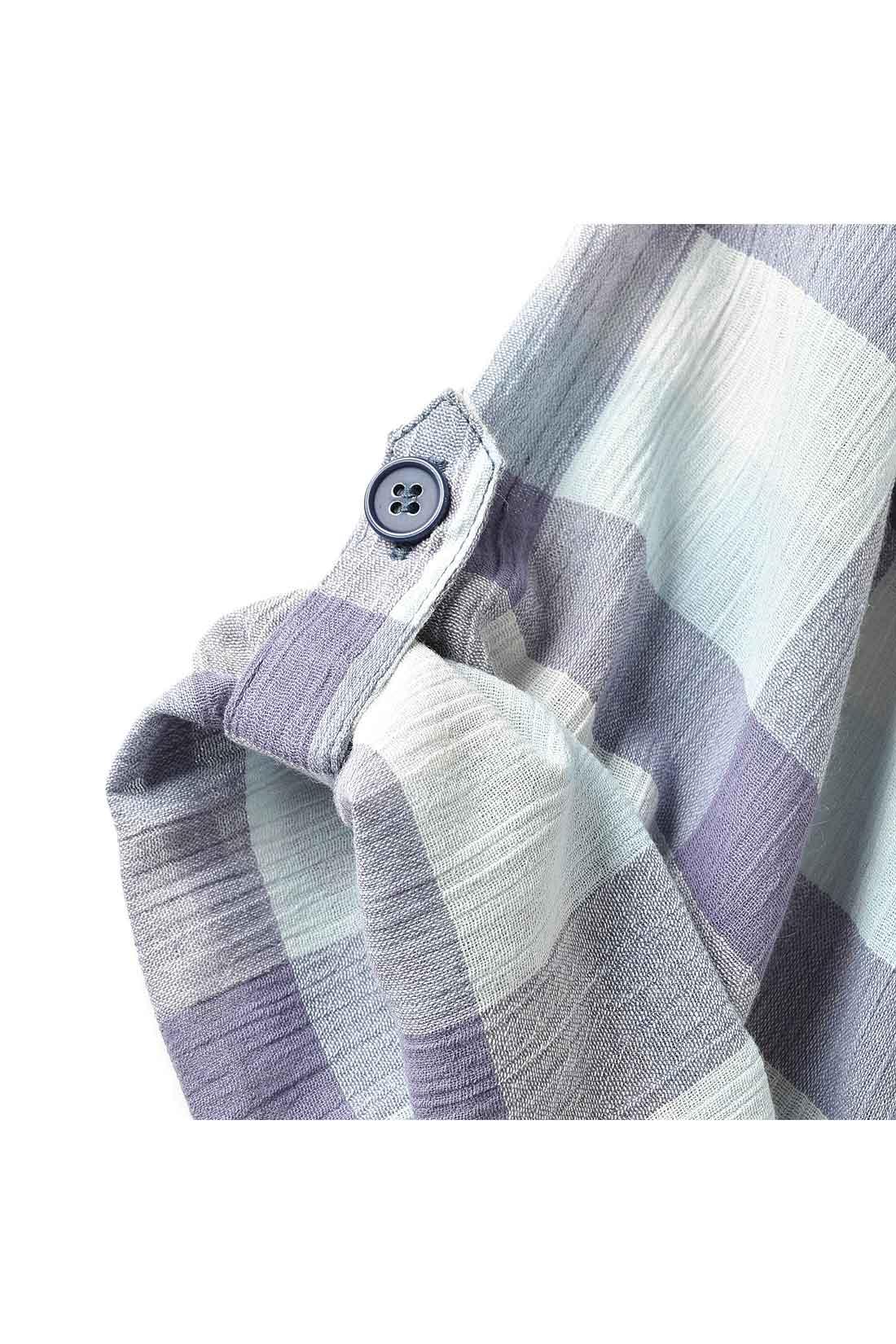トップスの袖とボトムスのすそはロールアップできる2-WAYデザイン。