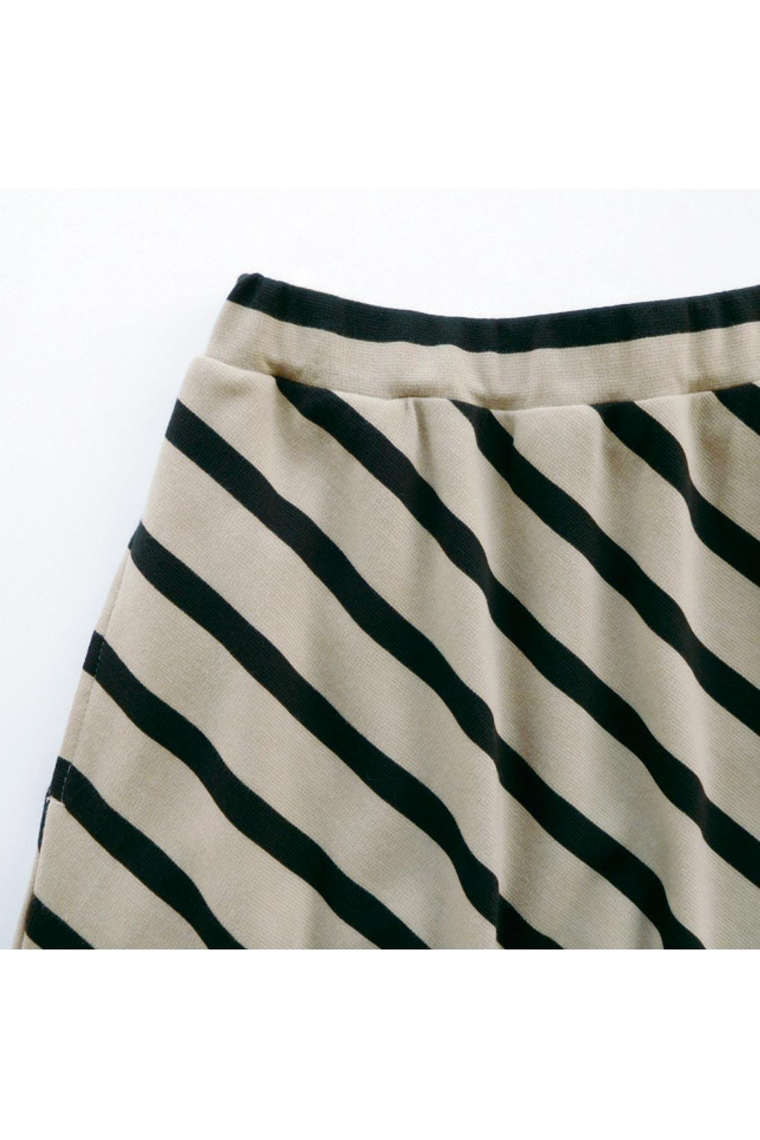 斜めストライプのカットソーのスカートはアートなムード