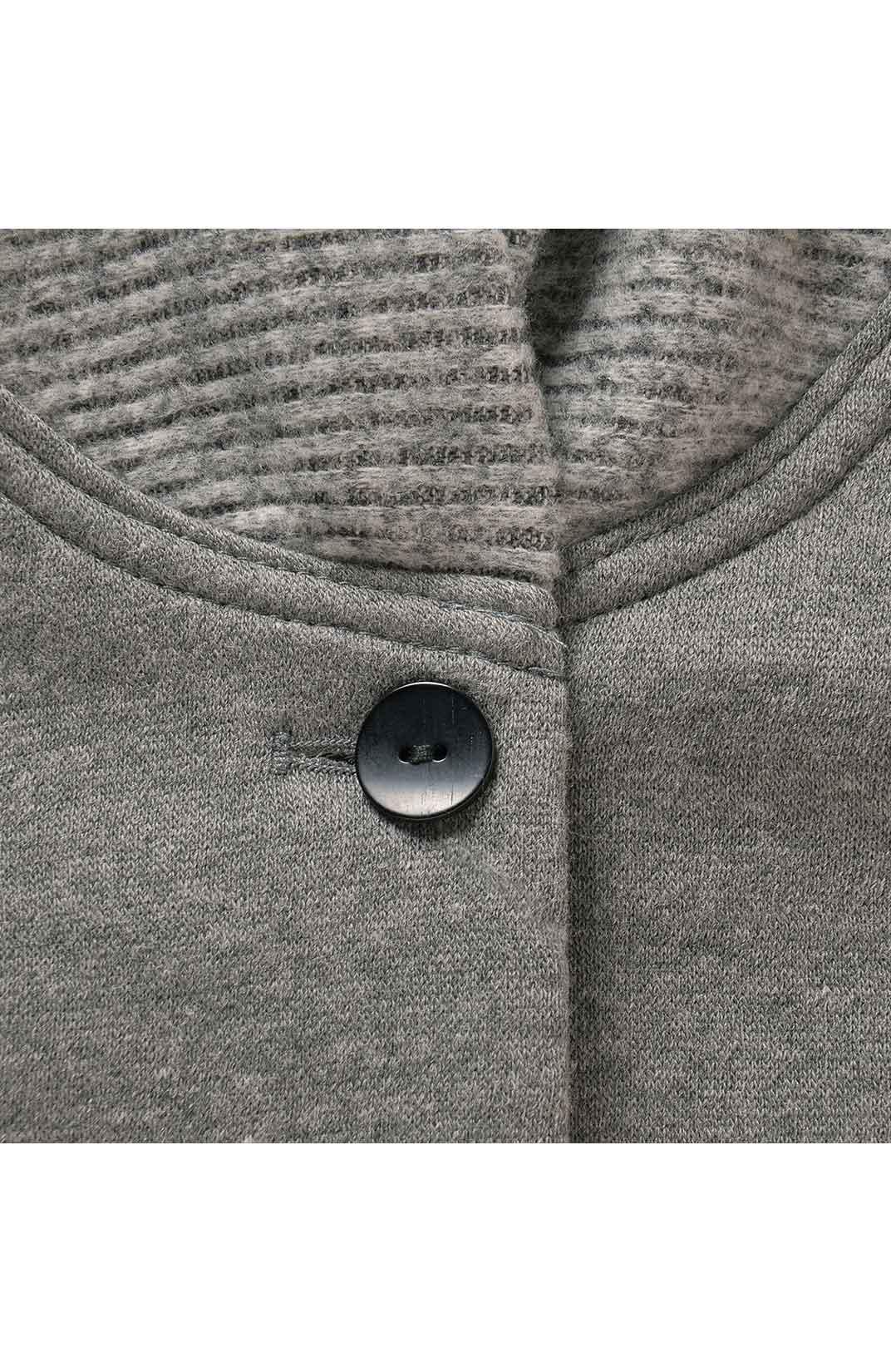 リブ編みのニットが首すじにそっと寄り添って、冷たい風から守ります。
