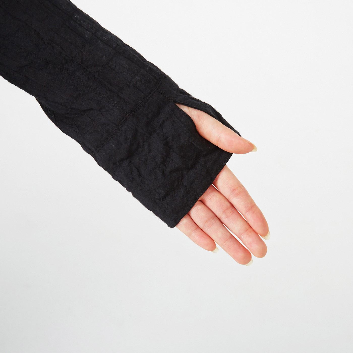 便利な親指スリット付き。