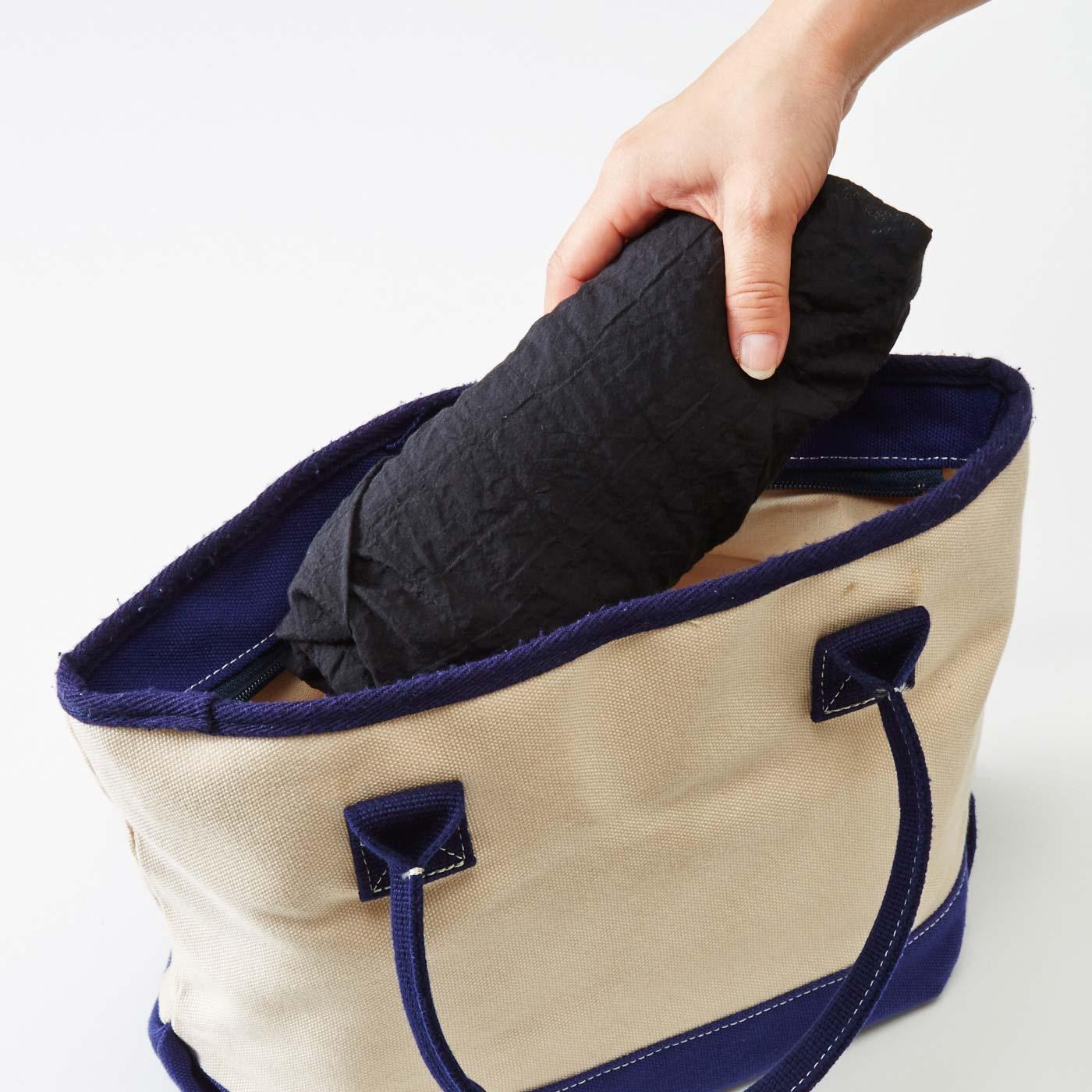 しわを気にせず丸めて、かばんの中にいつもスタンバイ。