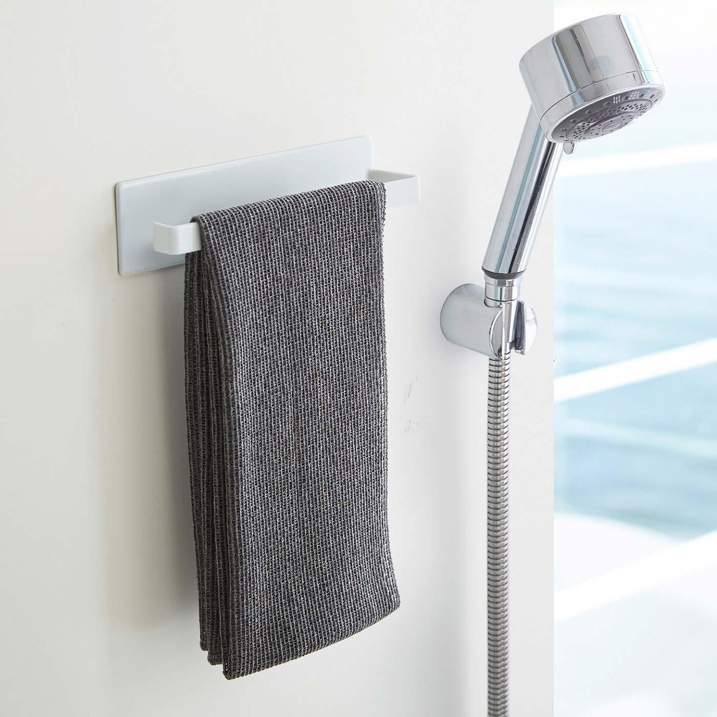 マグネットで壁面に簡単に取り付けられます。