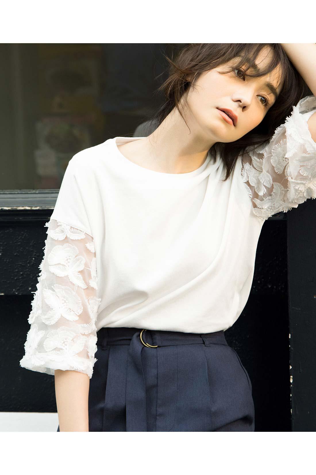 「白+透け」の投入で、好感度ある、女っぽさに。 白トップス×紺ボトムスの王道コーデ。旬を盛り込むことで、品よく艶っぽい印象に。 ※着用イメージです。お届けするカラーとは異なります。