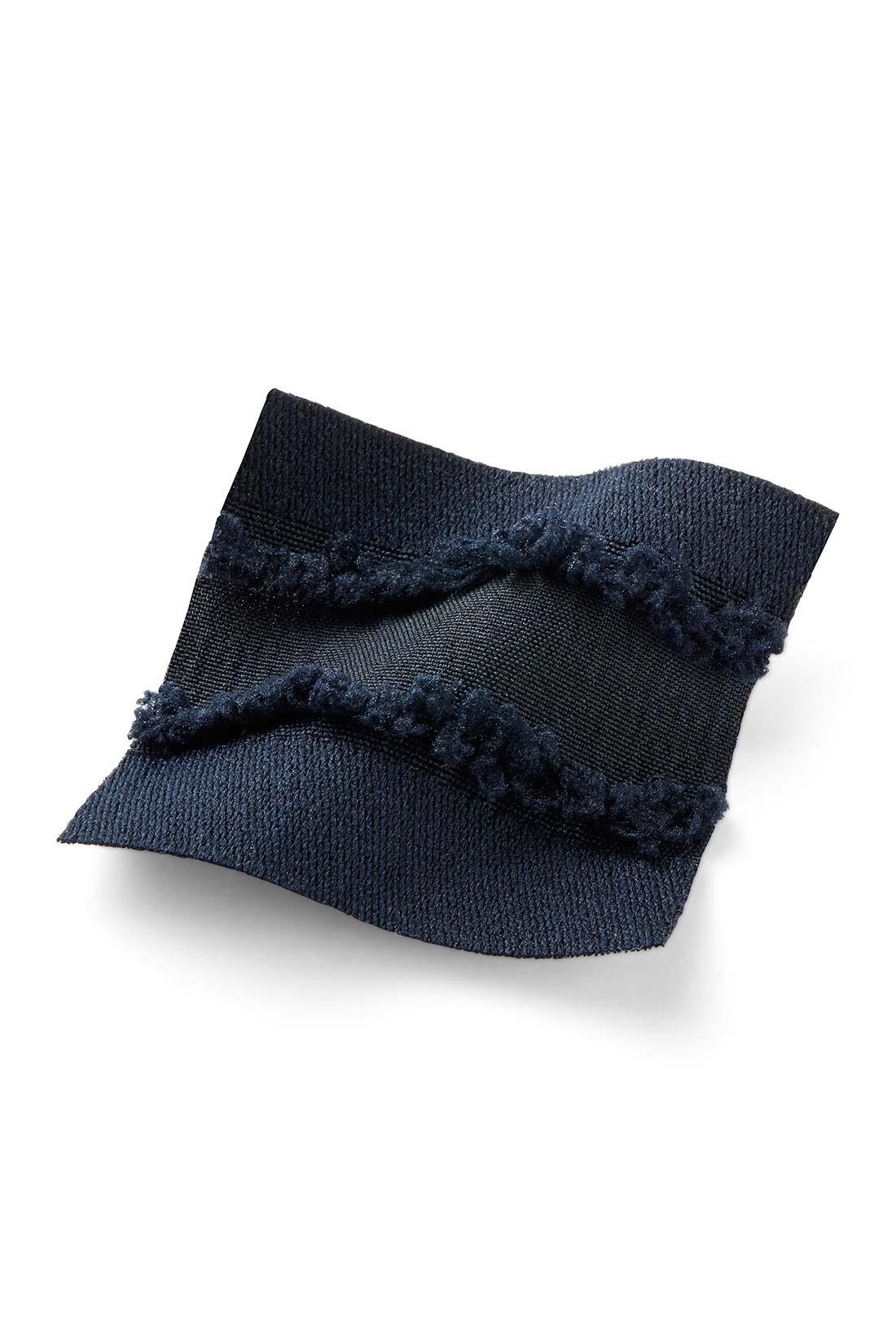 織り柄で表現したほんのり甘いフリンジで立体感を演出、夏にふさわしいドライタッチな素材。