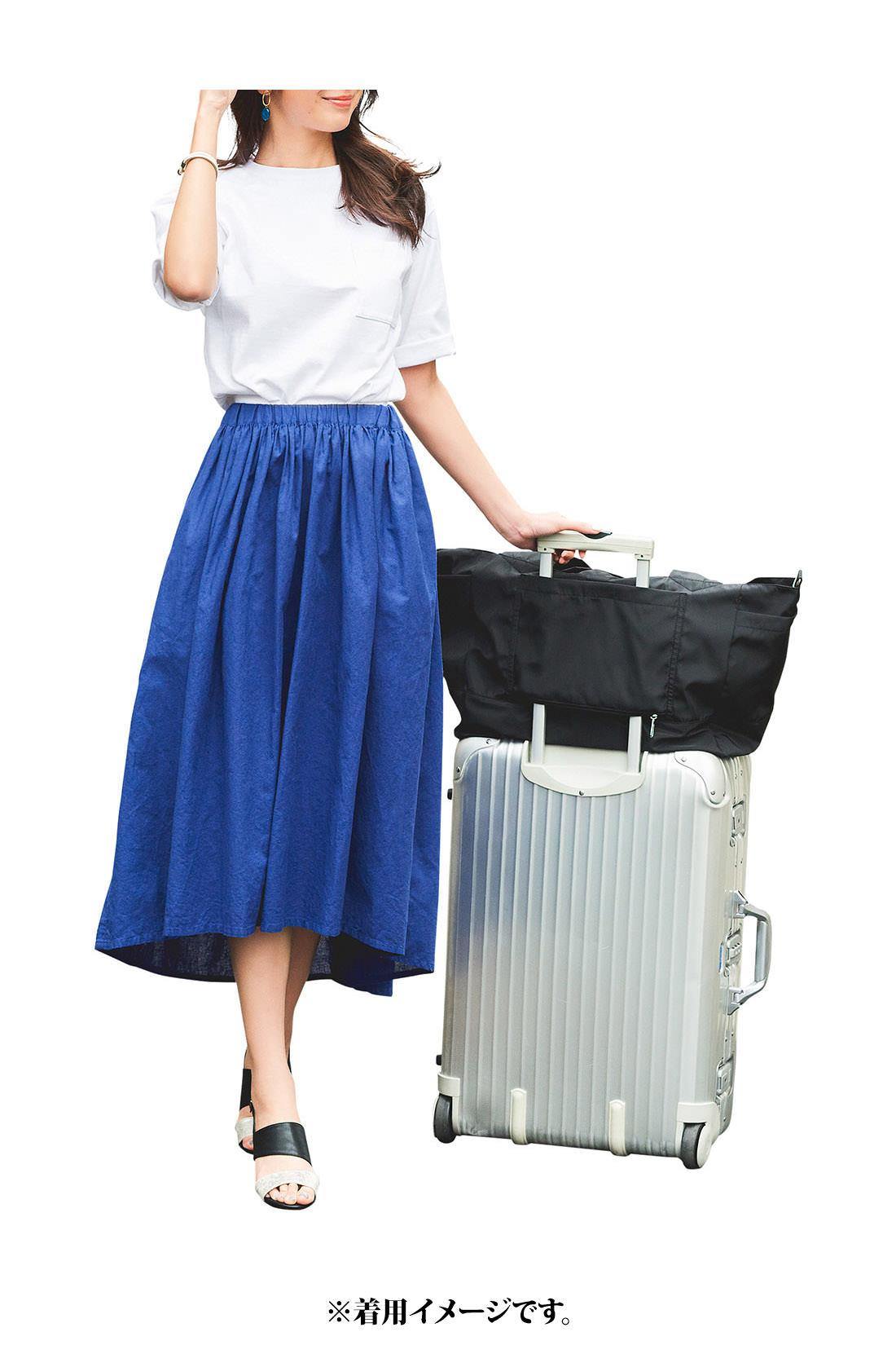 旅行では、機内持ち込みバッグとして活躍。キャリーバッグの持ち手に固定できるスリーブ付きで、使わないときは底のファスナーを閉じればポケットにもなります。