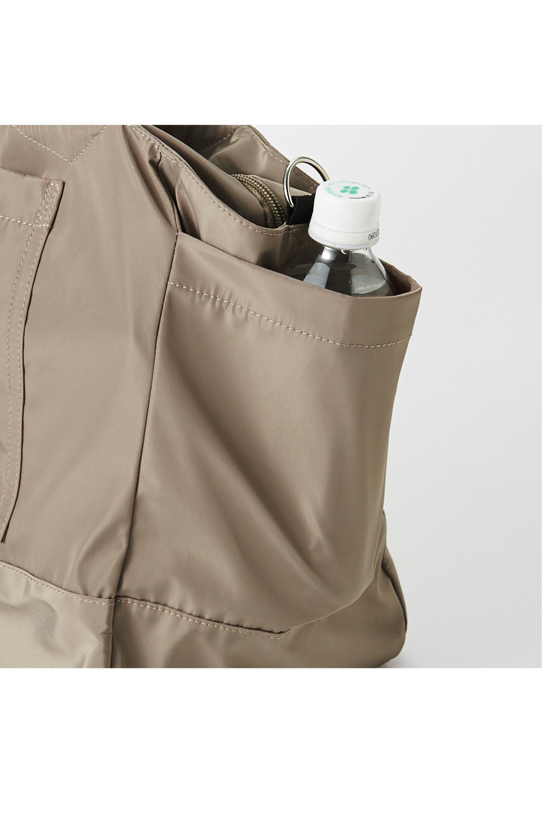 両サイドにはペットボトルも余裕で入る、大きなポケット付き。 ※お届けするカラーとは異なります。