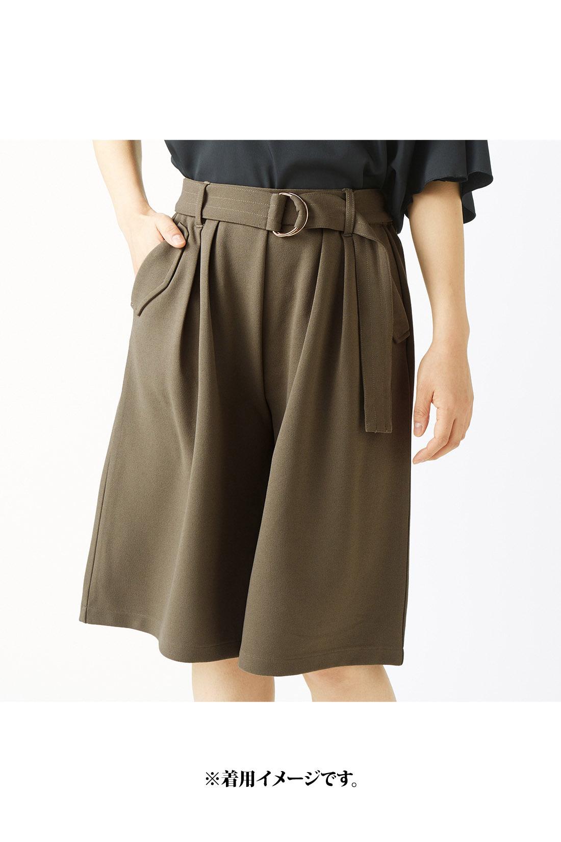 ウエストのタックとサイドの大きめポケットが、腰まわりをふんわりカバー。