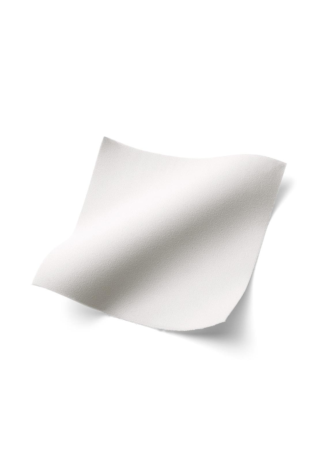 吸汗速乾の快適さと上質感を両立 素材はほどよい光沢ときれいな表面感に上質感が漂う、滑らかな布はく素材。吸汗速乾加工で肌心地もさわやかです。