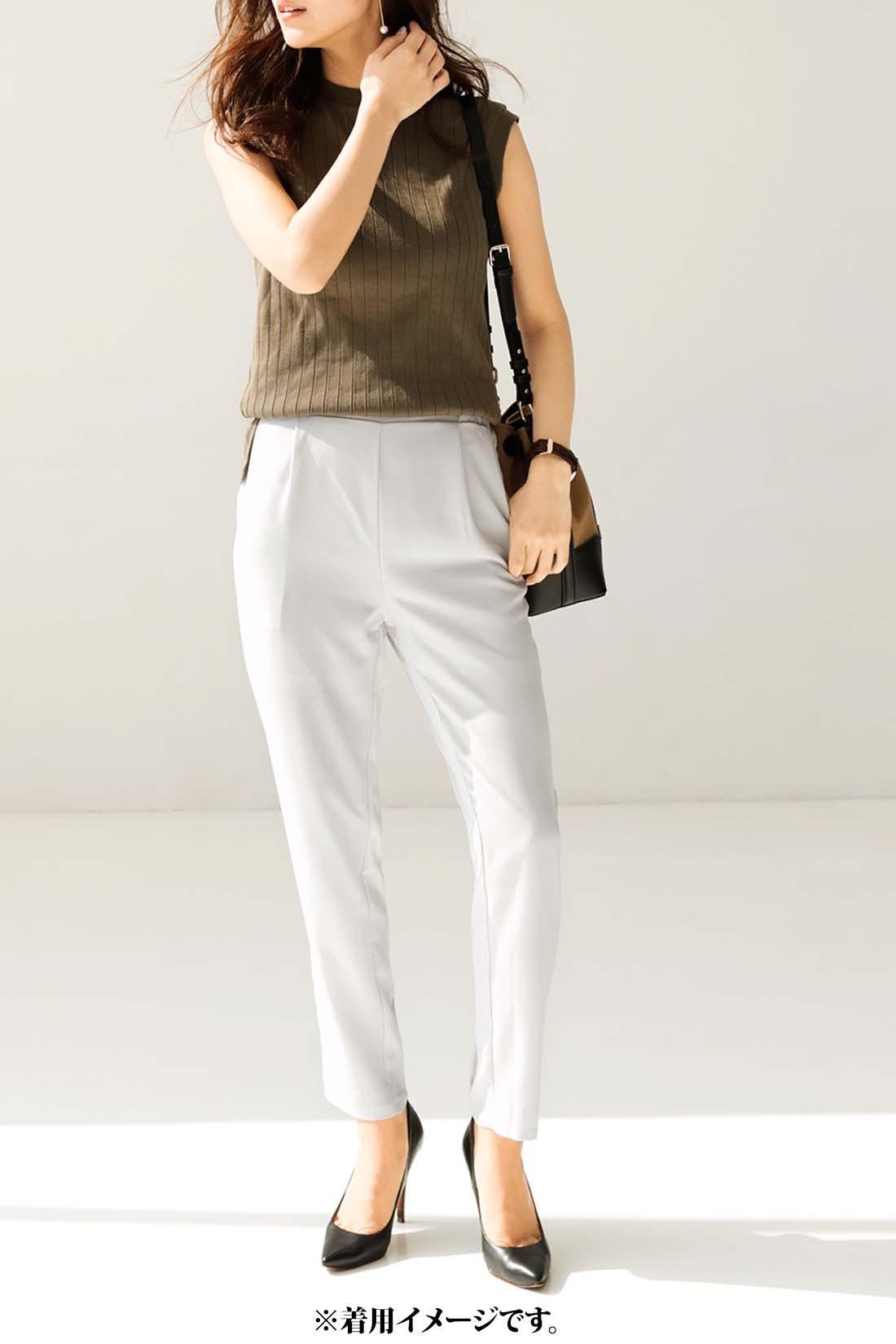 ラインが美しいテーパードパンツは着まわし力も最強。シンプルなトップスを合わせるだけで美人見えを約束。