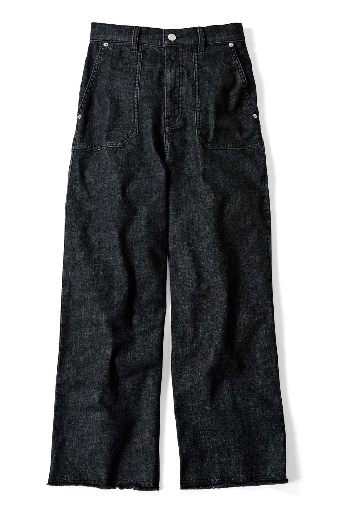 洗いをかけてこなれ感を出した〈ブラック〉 ベイカーポケットがトレンド感あるアクセント。ウエストインしたスタイルが新鮮に。