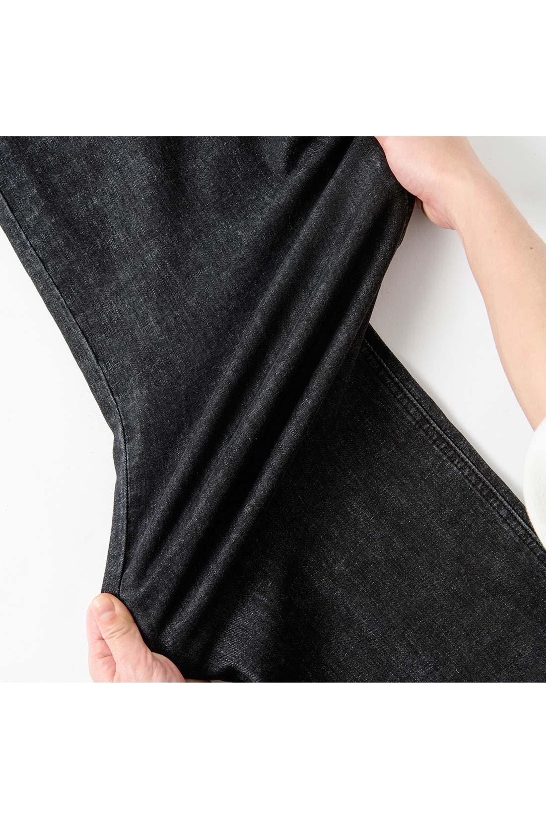 ぐいーんと伸びるハイパワーストレッチ素材で、屈伸の動きもノンストレス。