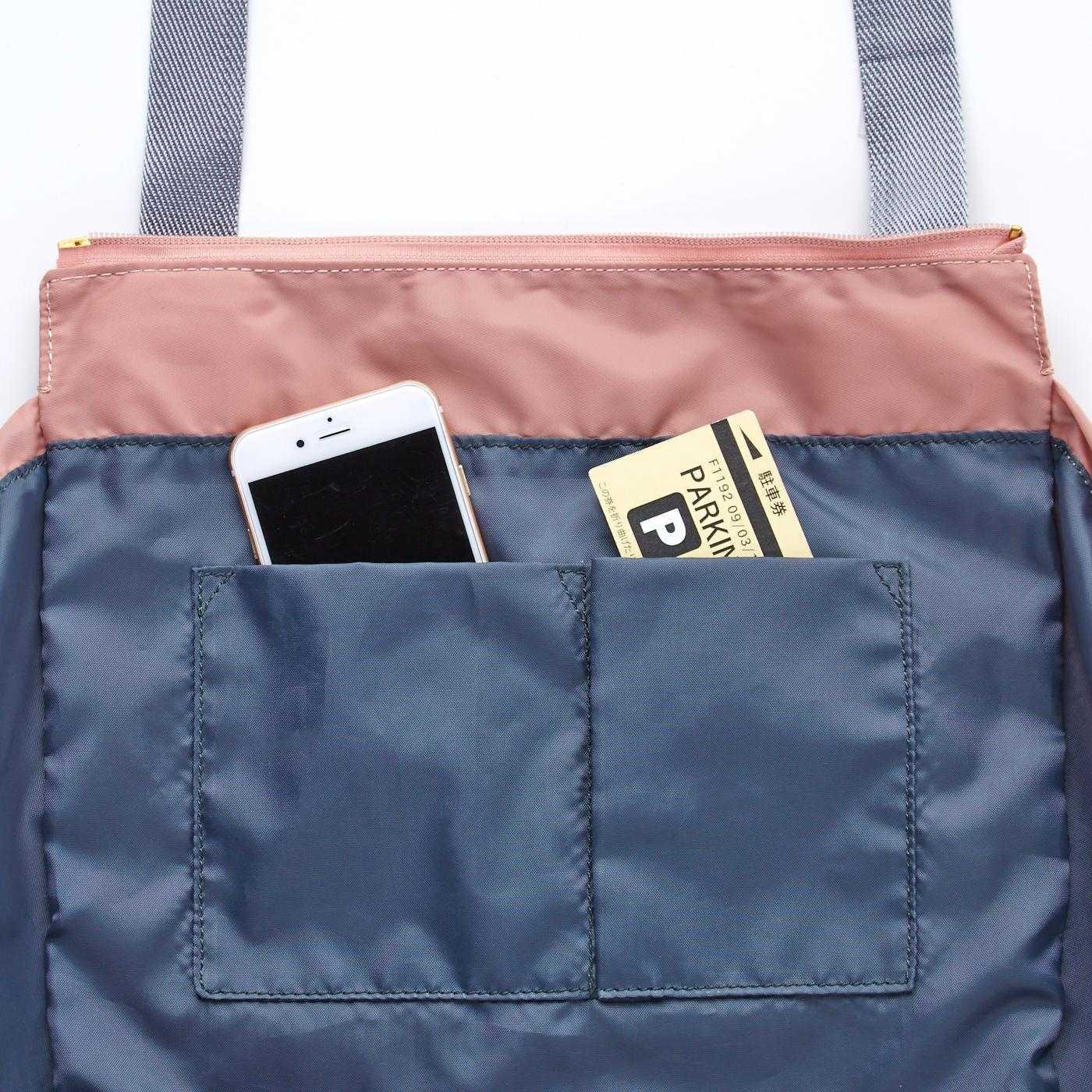 内側にはスマートフォンや駐車券入れに便利なポケット付き。