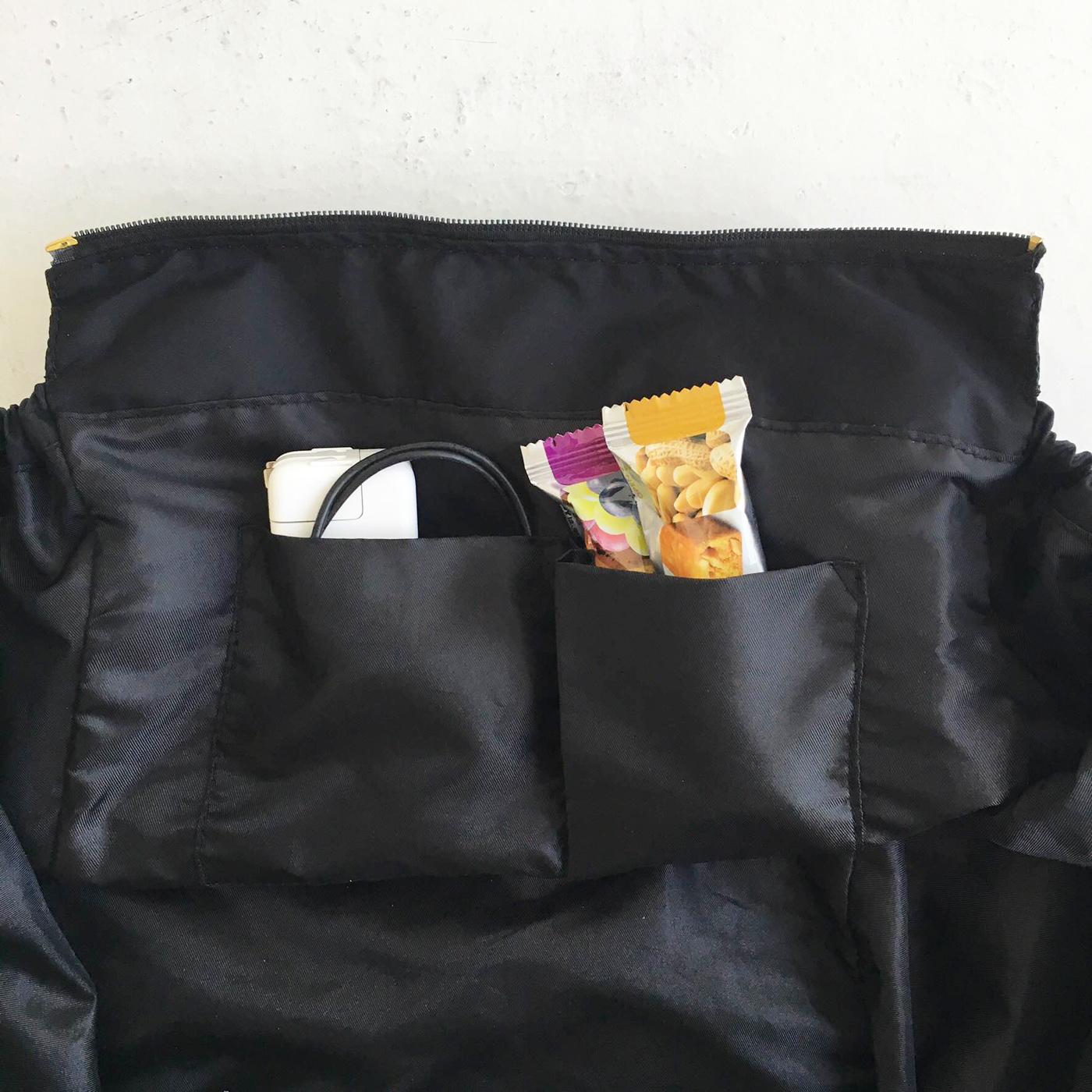 内側には、貼り付けポケット付き。
