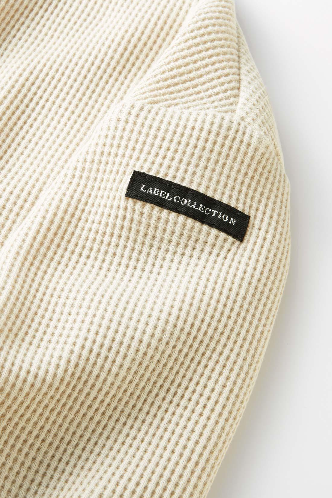 袖にはブランドネームタグ リュクスなムードを高めるワンポイントもぬかりなく。本格フレンチシックな表情が印象的。 ※お届けするカラーとは異なります。