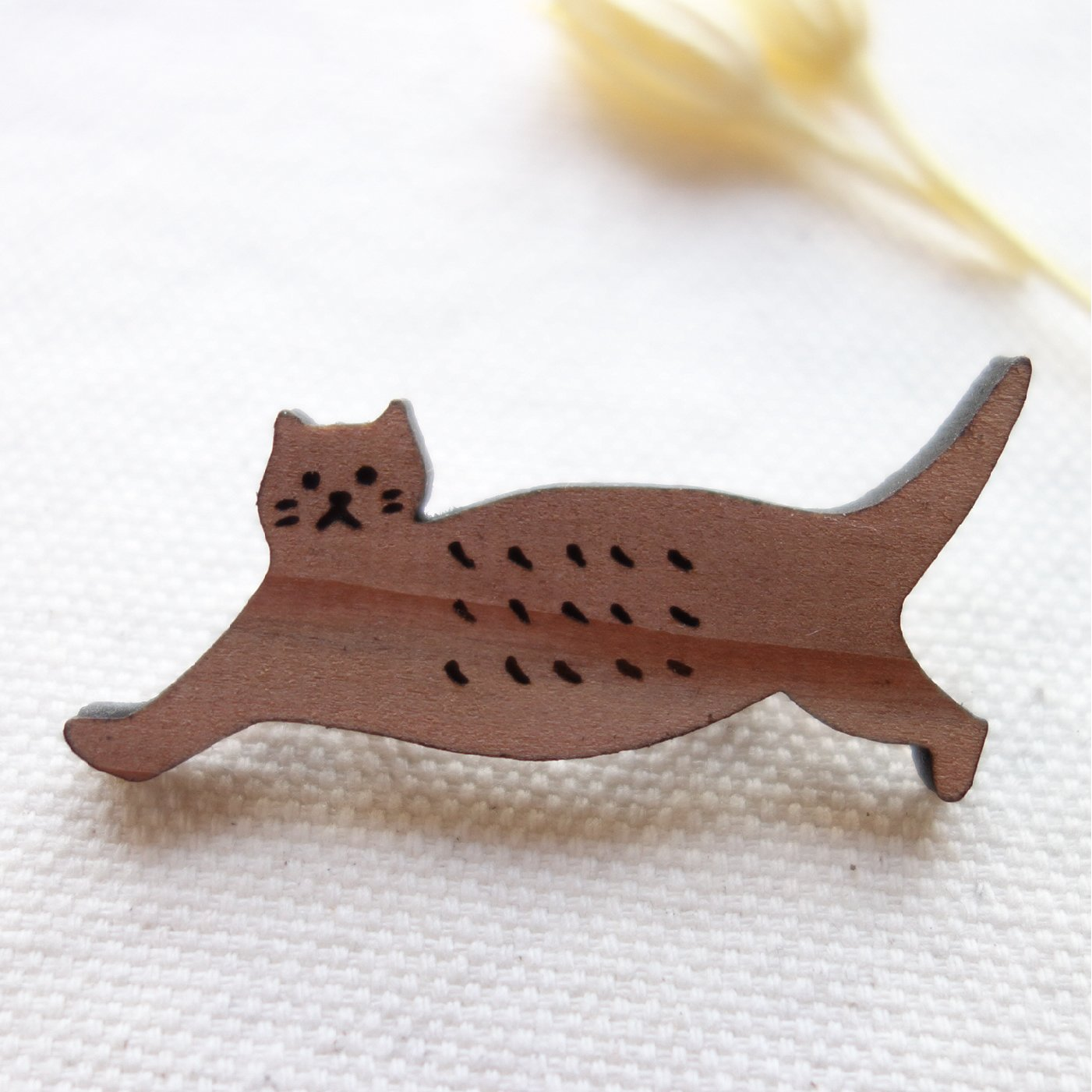 心地いい木のぬくもり お散歩ネコのブローチ