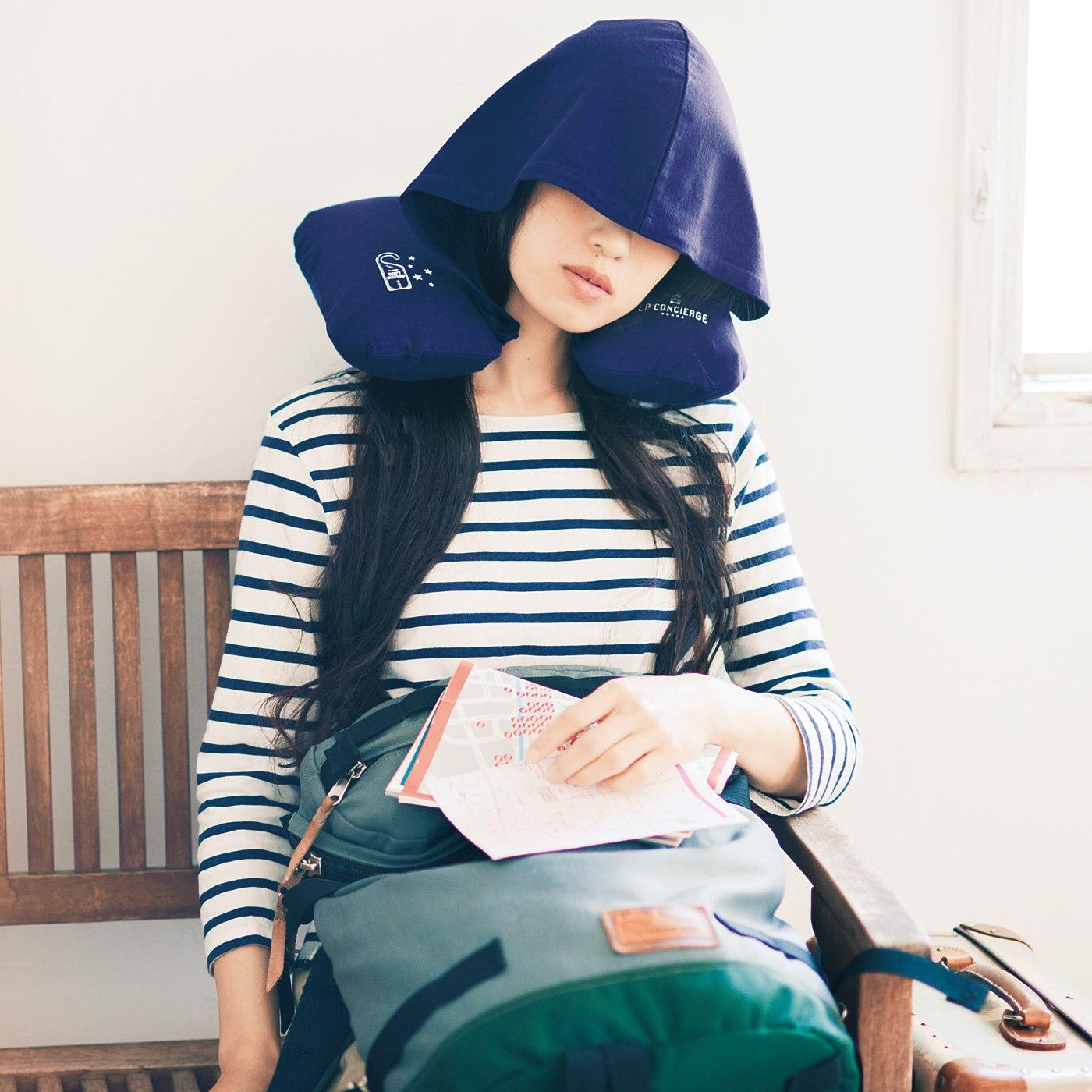 フード付き快眠ピロー 「移動中は光を遮り快適に眠りたい。でもメイクや髪型はくずしたくない。そんなわがままを叶(かな)えるのがコレ。フードを付けてすっぽりかぶれば、自分だけのリラックス空間に。」