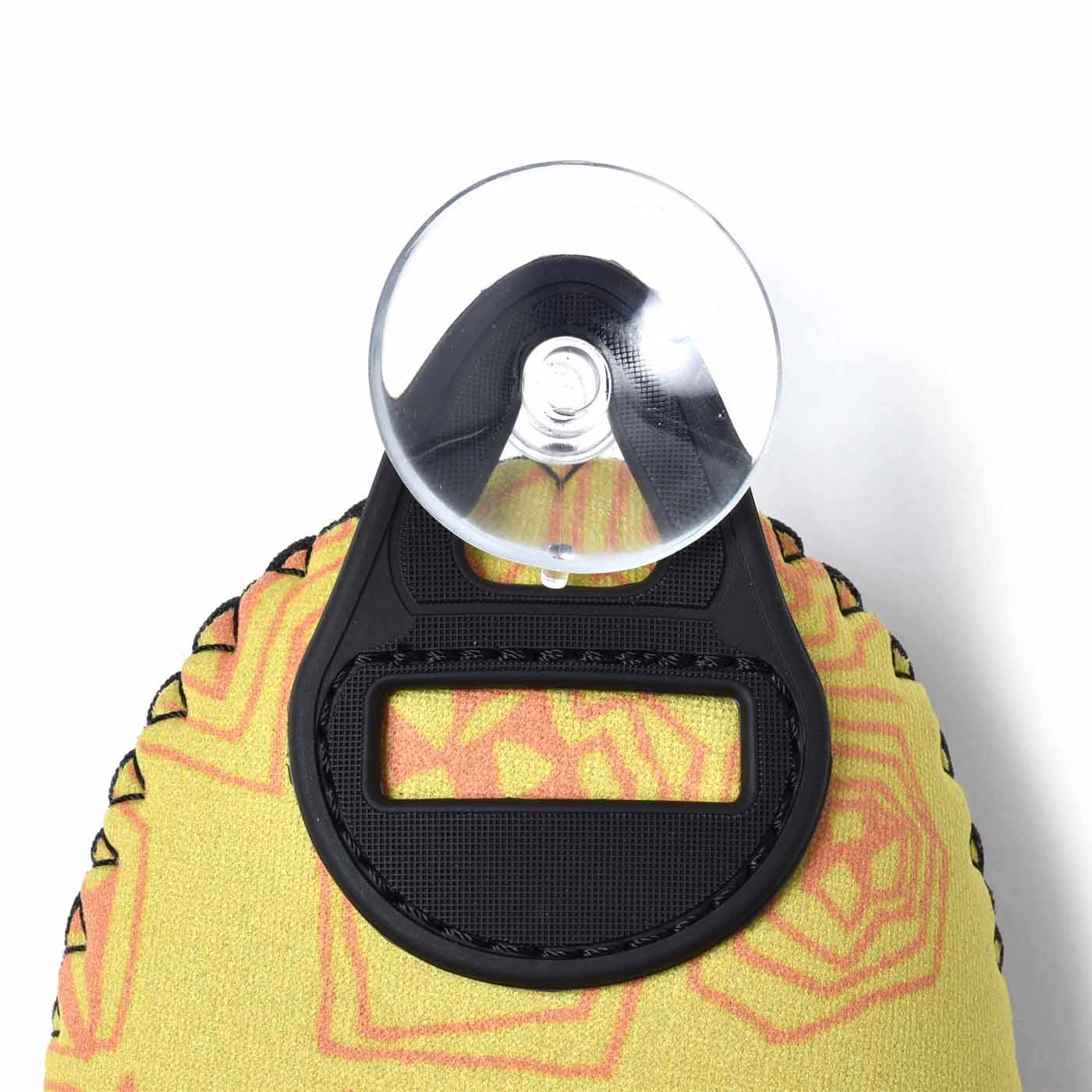 デスク周りやロッカーなどには、セットの吸盤でピッタリ取り付け。