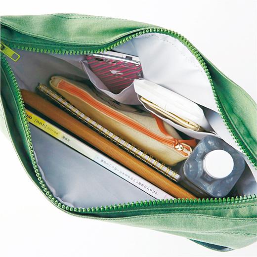 小物の仕分けに便利な内ポケット付き。A4が入るサイズです。