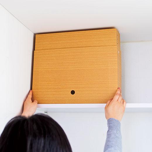 箱の底面と設置する棚板に面ファスナーを貼って固定。