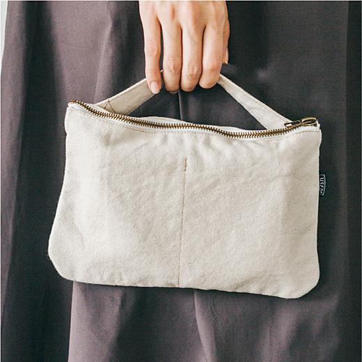 これは参考画像です。取り外し可能な持ち手はこんな風にバッグのようにも持てるし、クラッチのようにも使えます。