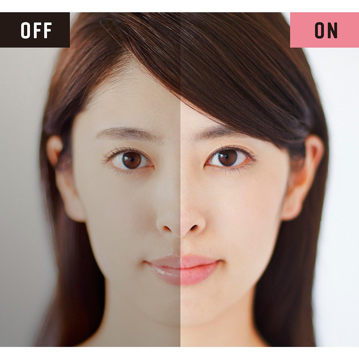 暗い環境では、無意識に厚塗りメイクで顔を明るくしがち。逆に明るい環境では、必要以上に塗ることがないので、ナチュラルな仕上がりに。 ※LEDライトのON/OFF画像はイメージです。