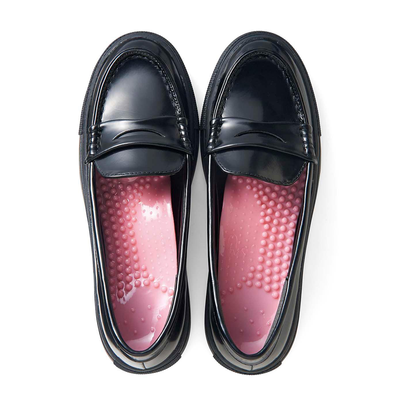 靴のかかと側に合わせて敷くだけ。靴の中でずれにくく、いろいろな形、サイズの靴にフィット。