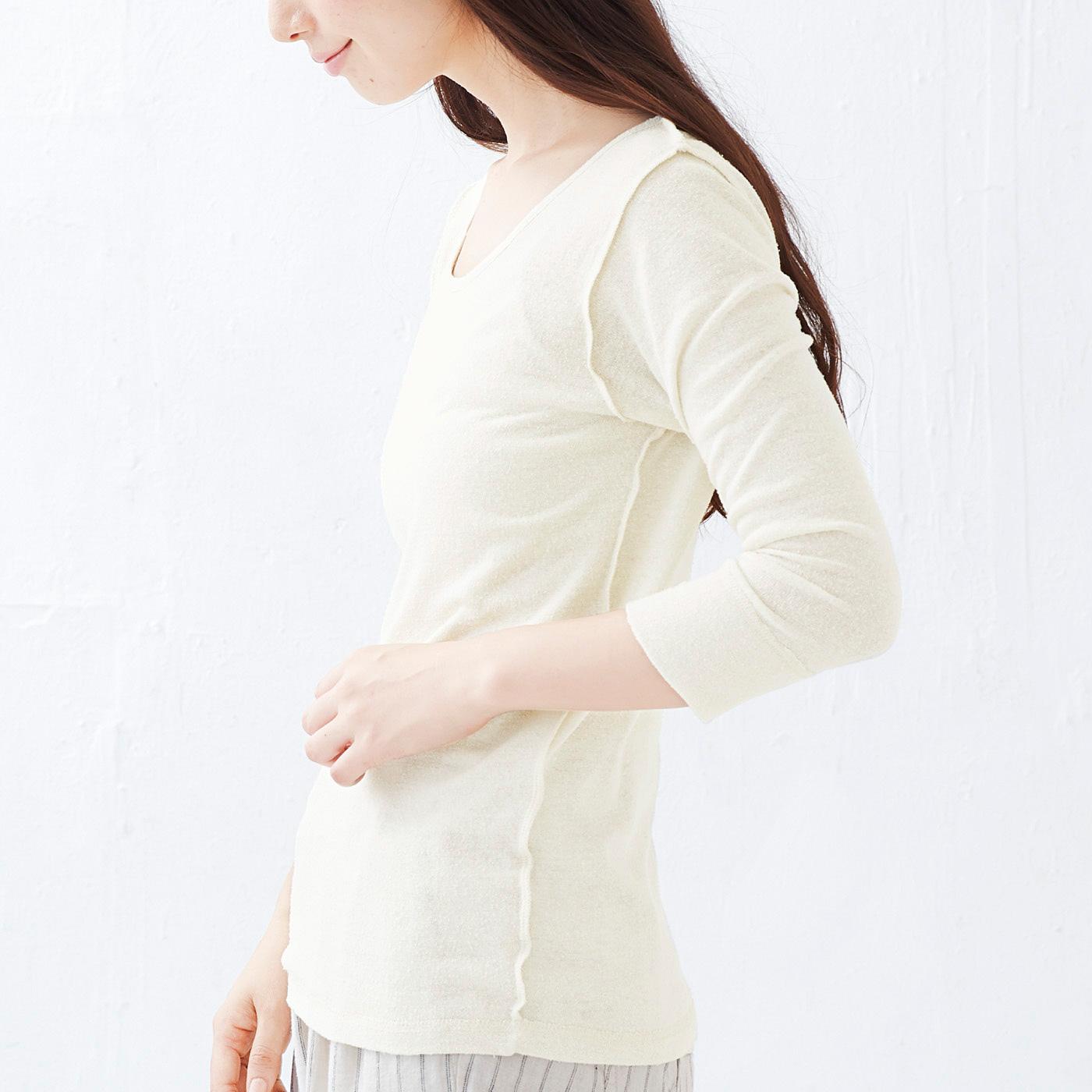 腰からおなかまわりをすっぽり包む長め丈。縫い目は外側へ。肌に直接当たらずストレスフリー。
