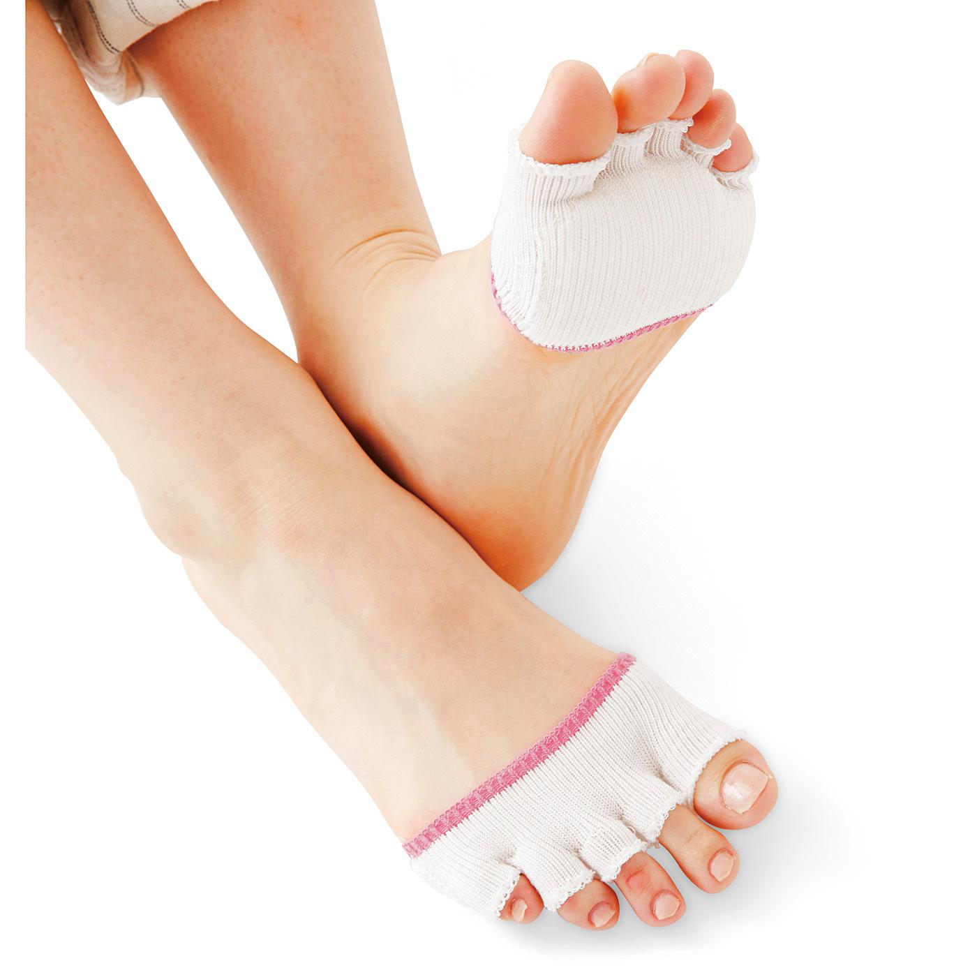 立体編みの足裏パッドで地面からの衝撃をやわらげます。汗ばんでむれがちな足指の間にぴったりフィットして汗を吸収。