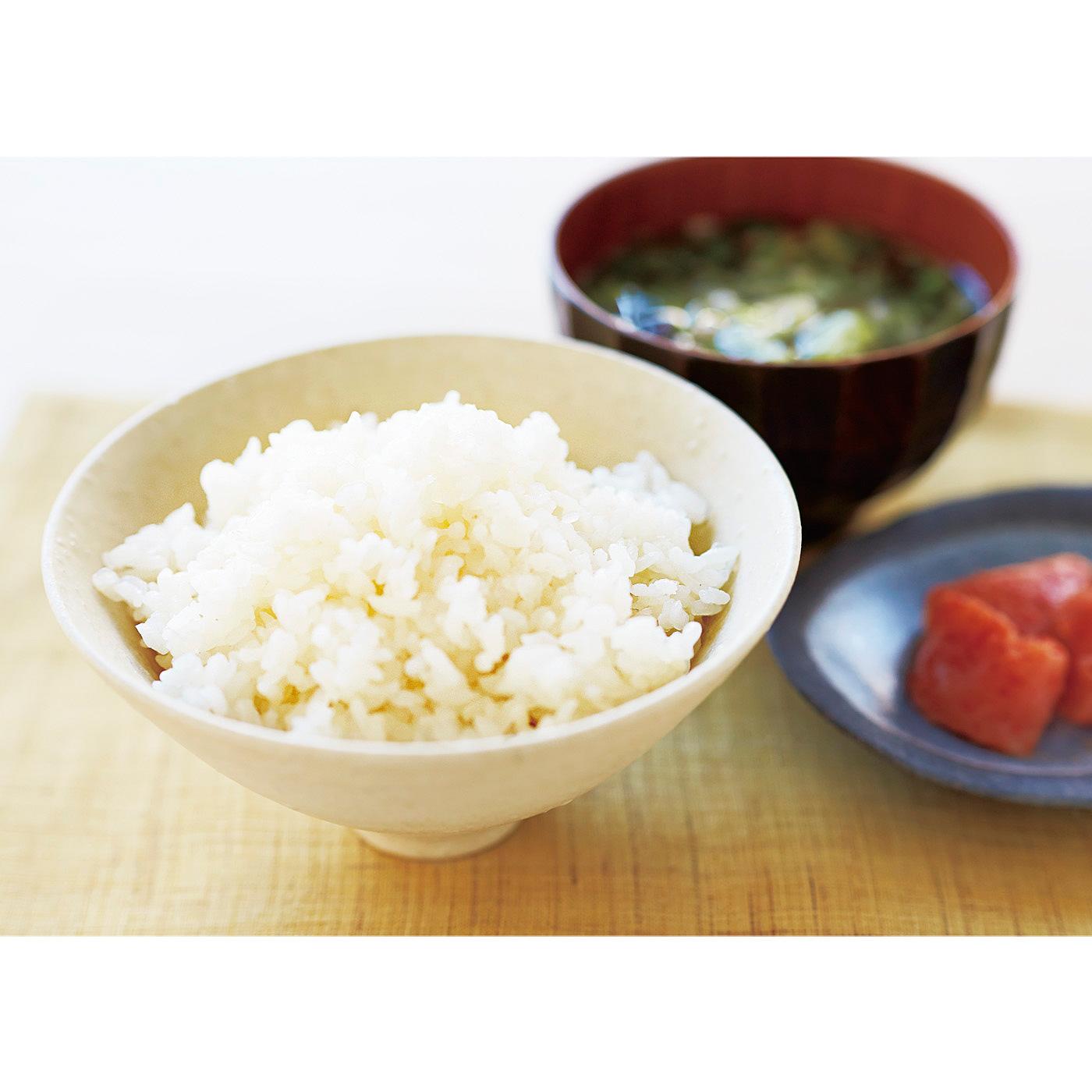 1合のお米に40gのこんにゃく米を入れて炊くと、約1.7合分に。同じ1.7合でも白米だけの場合と比べて、カロリー&糖質カットできます。いつもの白米と見分けがつかない炊き上がり。