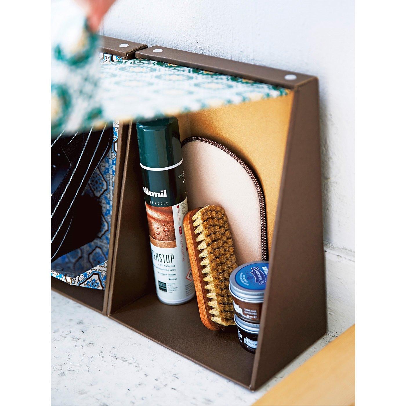 中にシューケア用品や消臭スプレーなどを収納できます。靴をのせたままでも開閉OK。