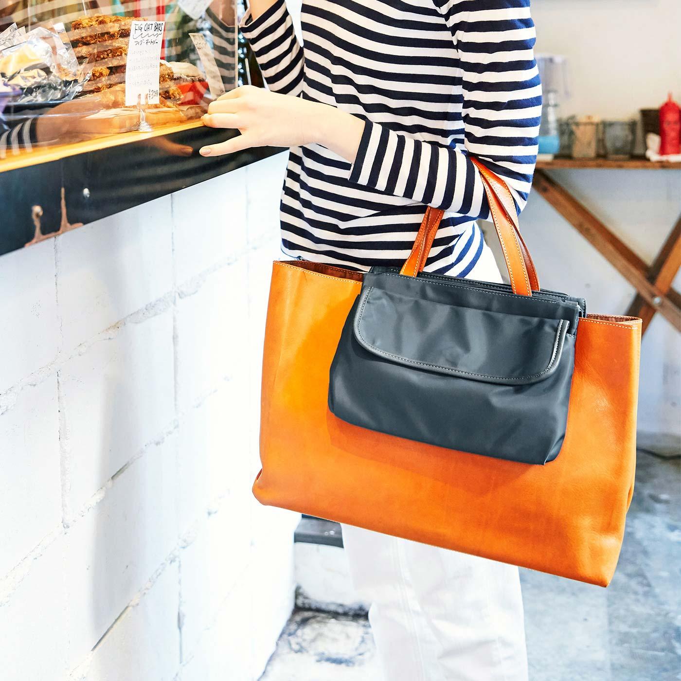 バッグに取り付ければ中身隠しに。こまごました物をサッと取り出せる外ポケットにもなってとっても便利。