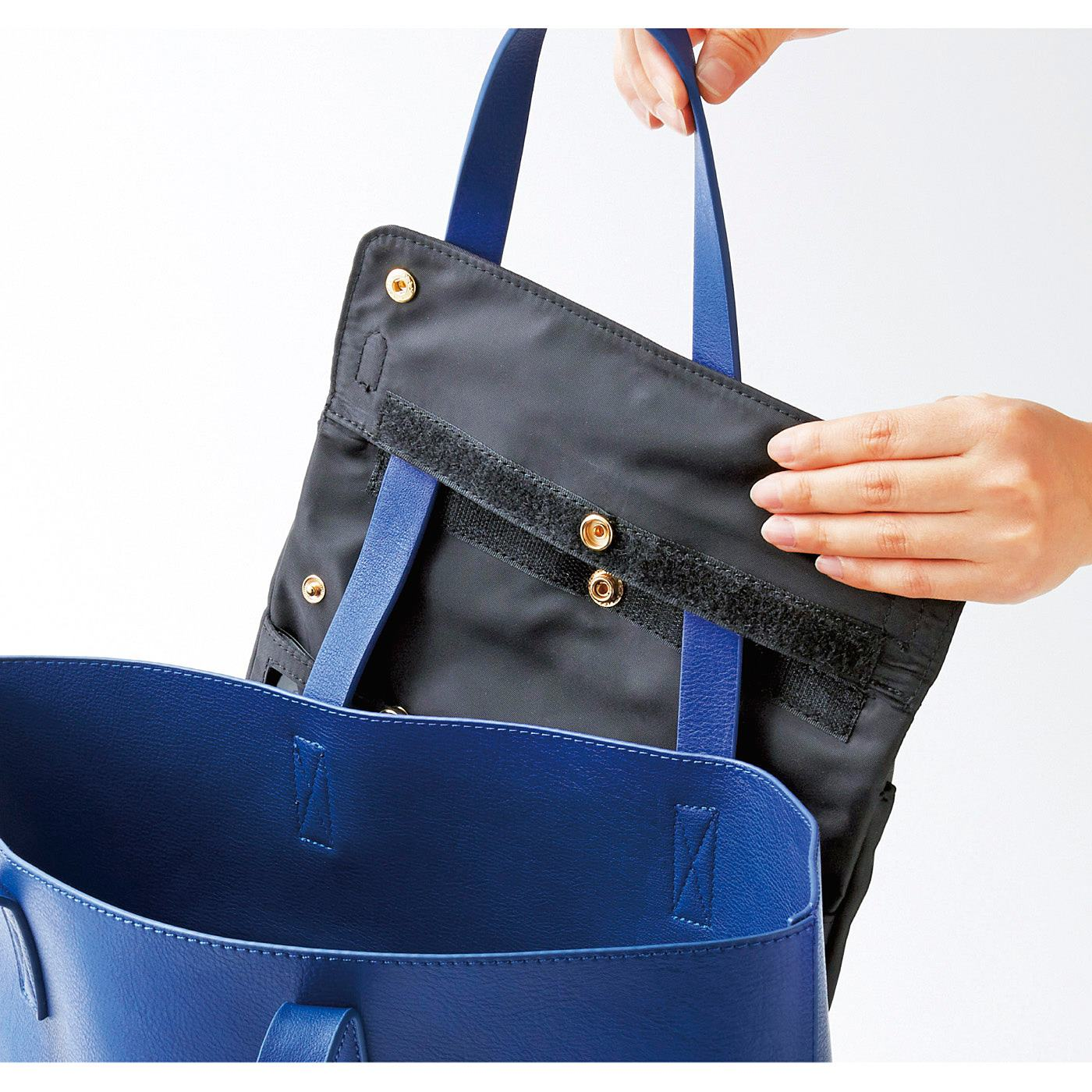 取り付け簡単。お手持ちのバッグの持ち手に通して面ファスナーとスナップボタンを留めるだけ。