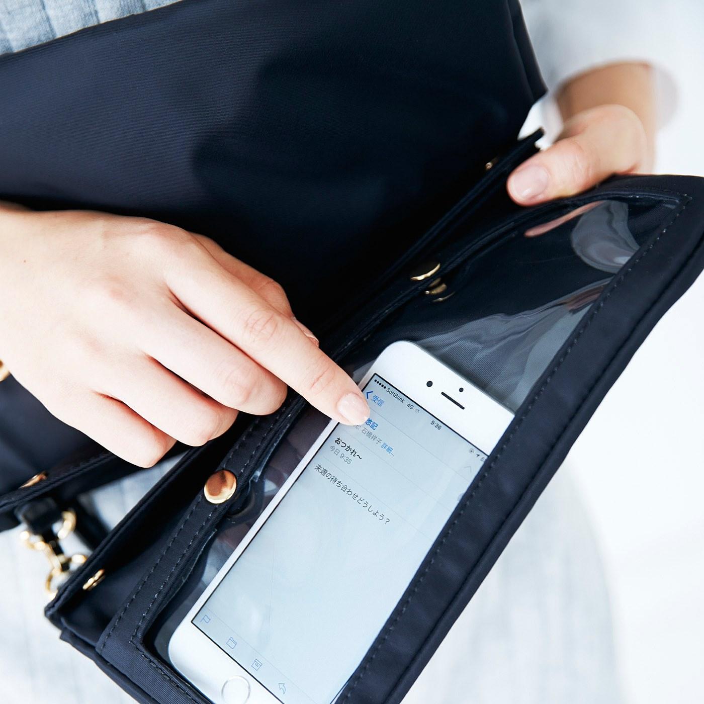 バックポケット裏には、タッチパネル対応の秘密の透明ポケットが。さりげなくチェックOK。