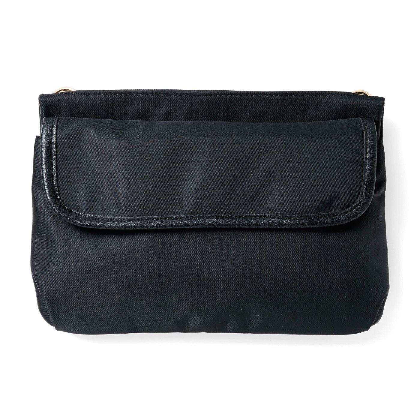 [バックポケット]スマートフォン、ティッシュやハンカチなど、必需品を分類して持ち運び。