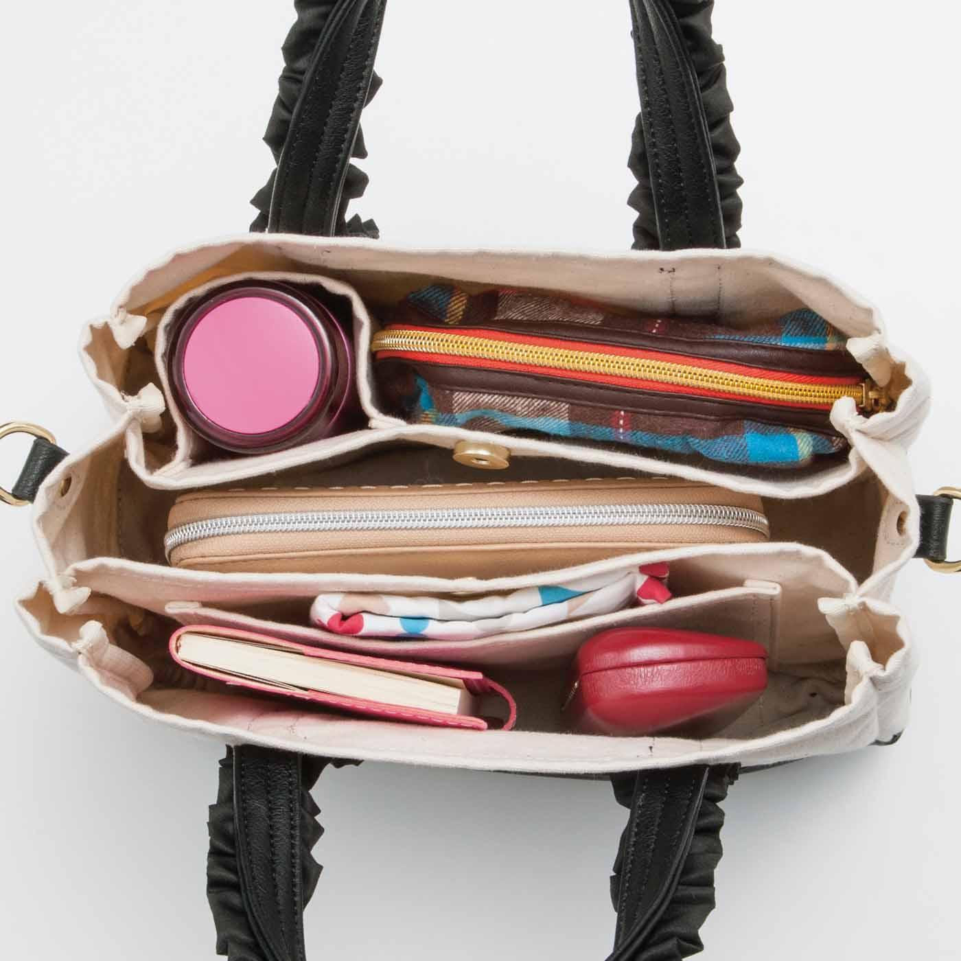 中央ポケットには安心の内マグネット付き。ペットボトルホルダーなど、ポケットも充実しています。