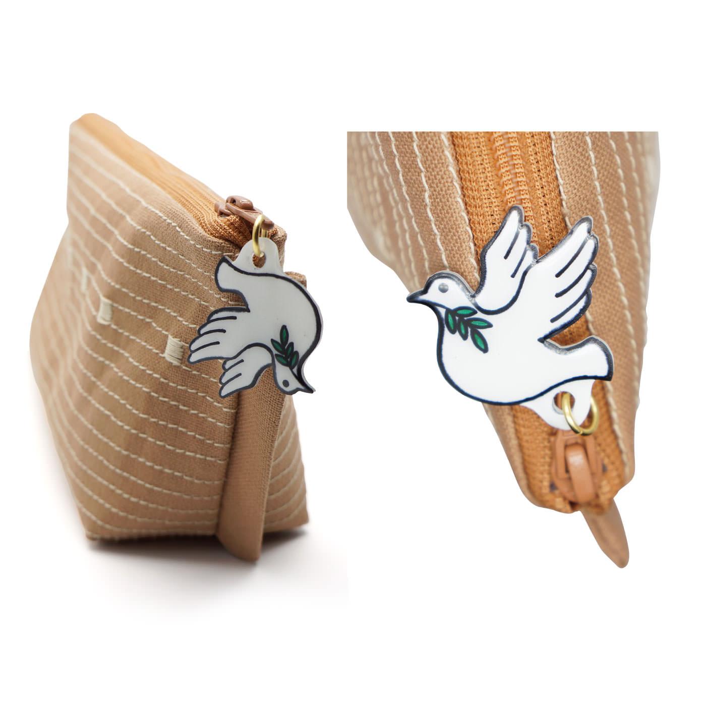 ファスナーチャームは、オリーブの枝をくわえた鳩のデザイン!