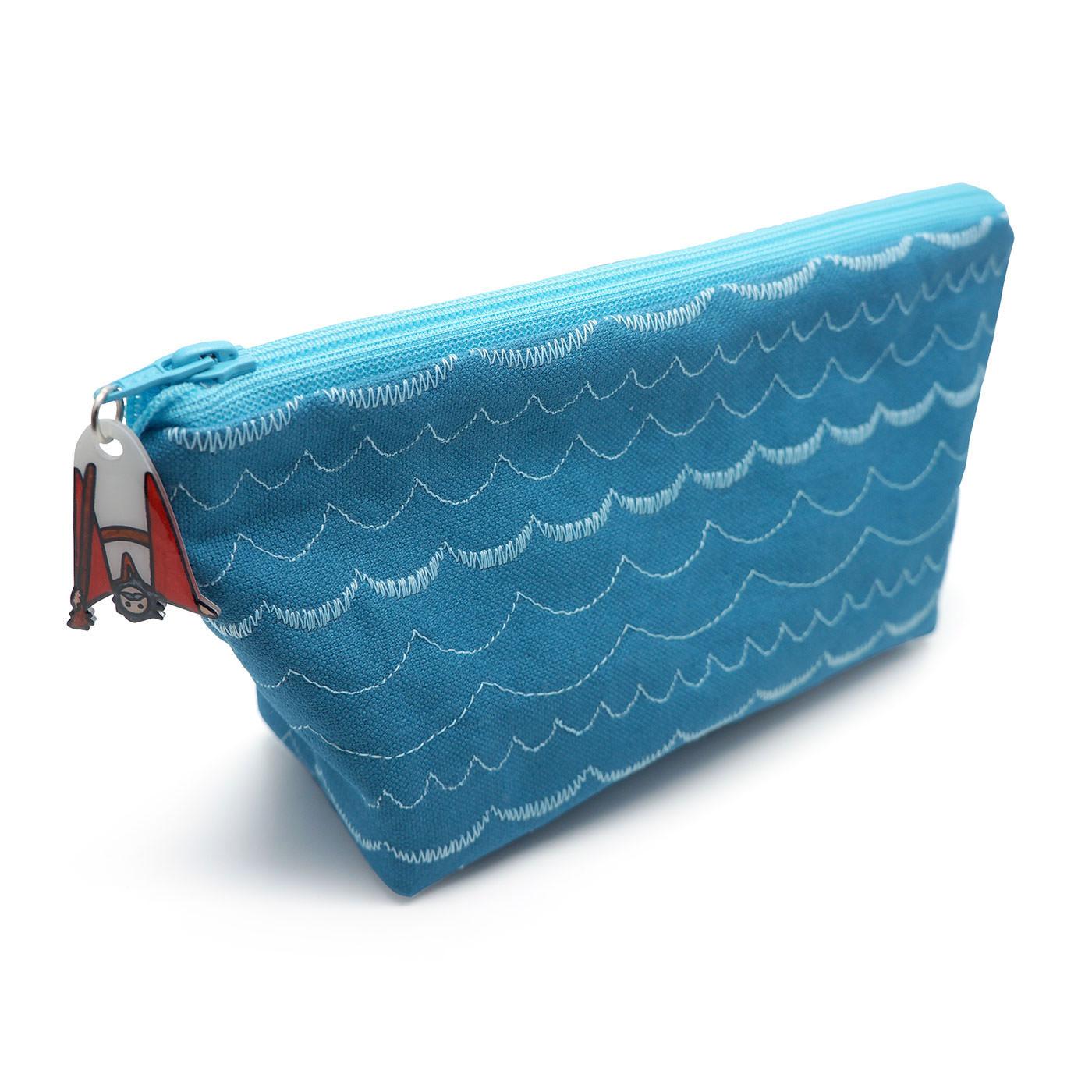 波の刺しゅうがオシャレな海のデザイン。